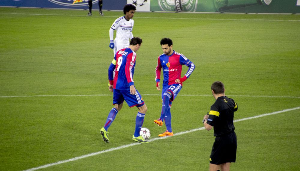 Mohamed Salah und Marco Streller beim Anspiel in der Champions League Partie gegen Chelsea.